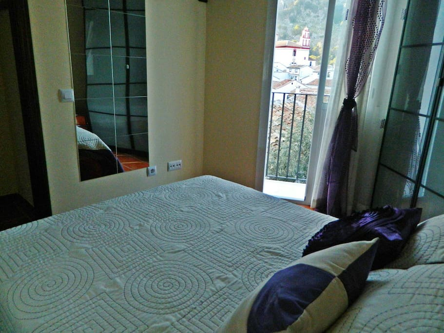 Dormitorio principal y balcón
