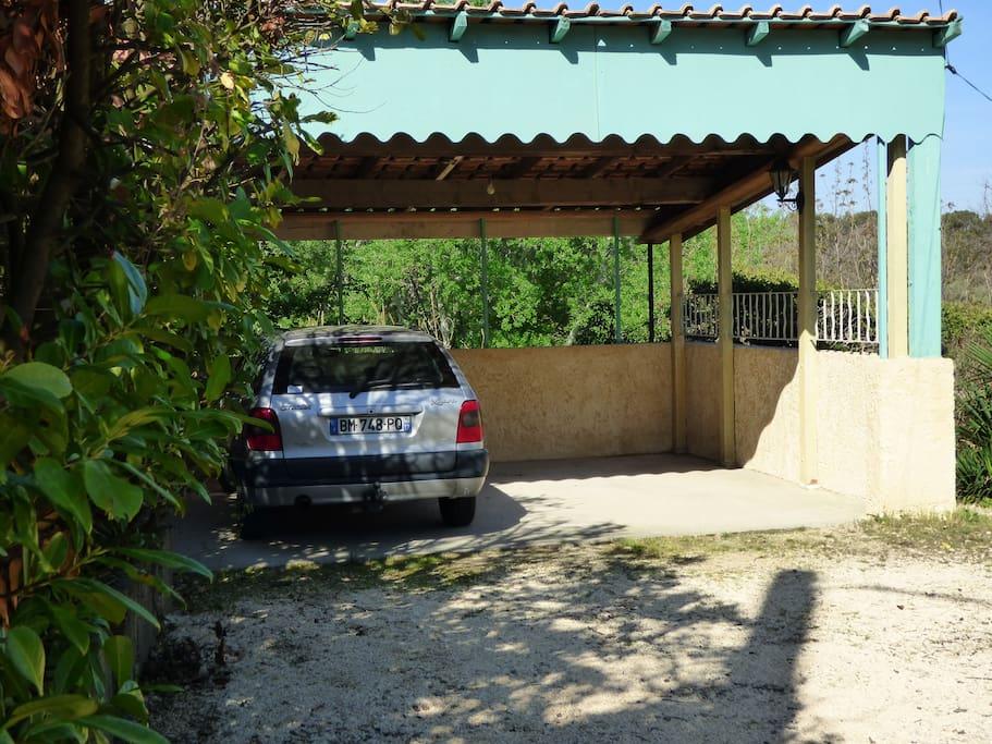Parking privé et couvert pour 2 véhicules.
