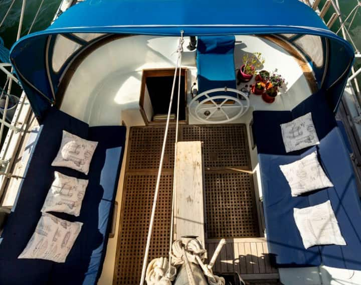Sleep on a sailing boat in the heart of Catania