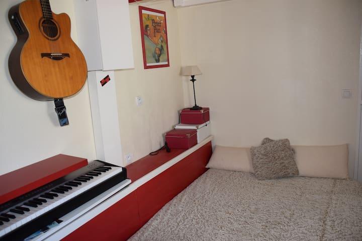 Canapé lit dans la salle de musique