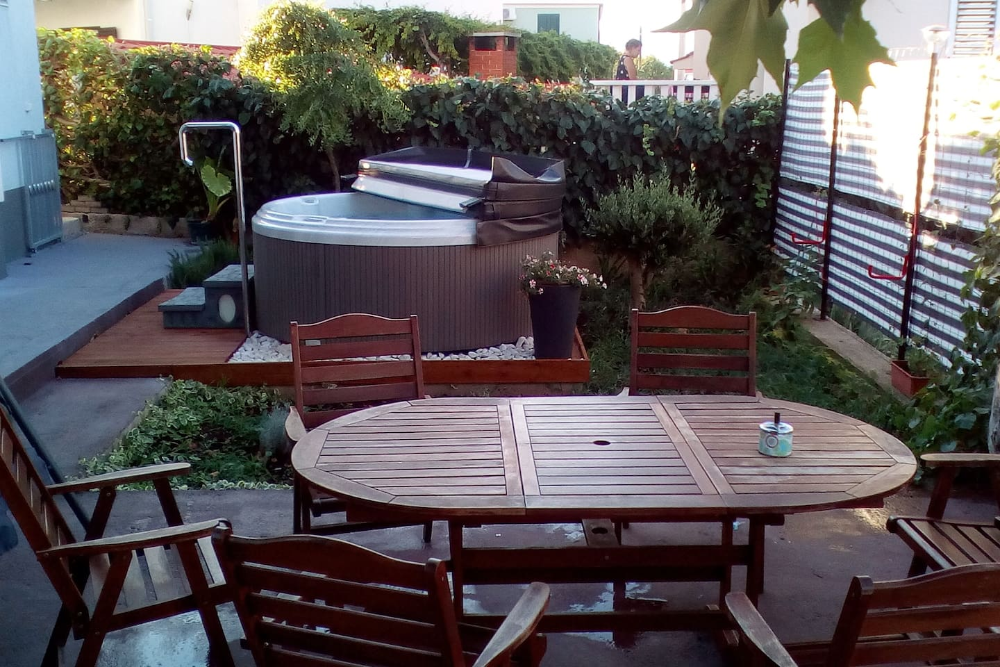 Garden (in the shade) with barbecue and spa pool.