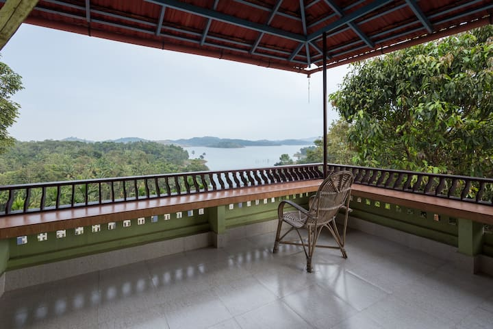 Enjoy sunrise in a Wayanad waterfront villa - Padinjarathara - Bed & Breakfast