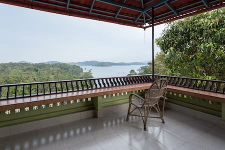 Enjoy sunrise in a Wayanad waterfront villa - Padinjarathara