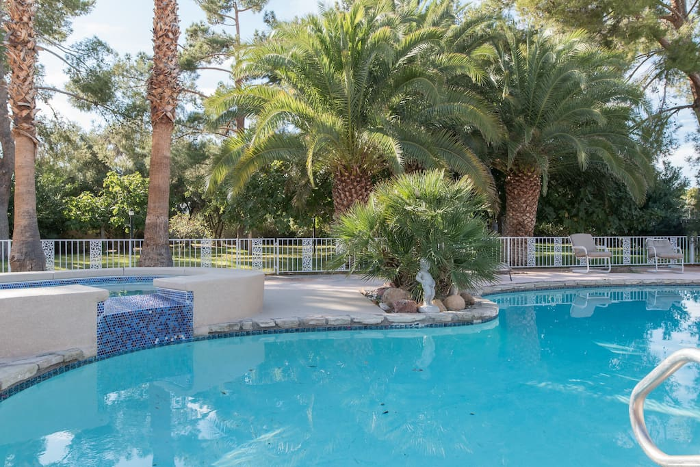 Pool spa acreage near strip bungalows for rent in las for Pool spa patio show las vegas