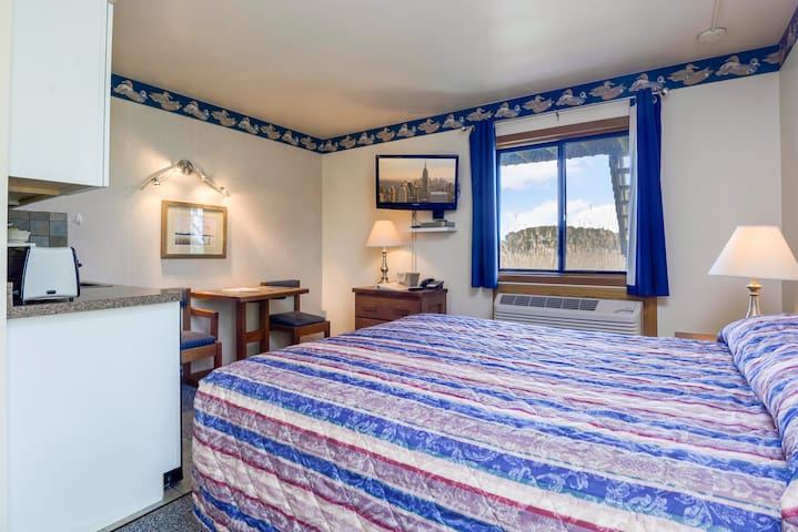 Assateague Inn 111-2R is an adorable Studio that sleeps 4 with lovely water views and an Outdoor Pool.