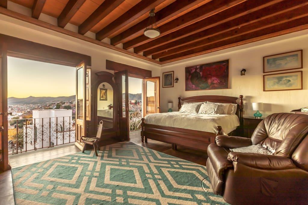 Recamara principal, cama King Size, vestidor con baño completo, Smart TV y Sky