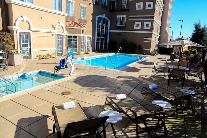 Studio Near Downtown. Free Breakfast. Outdoor Pool & Hot Tub.