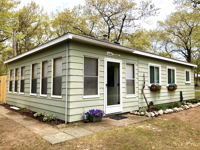 The Peach Cottage - Near the Beach, Pets welcome!
