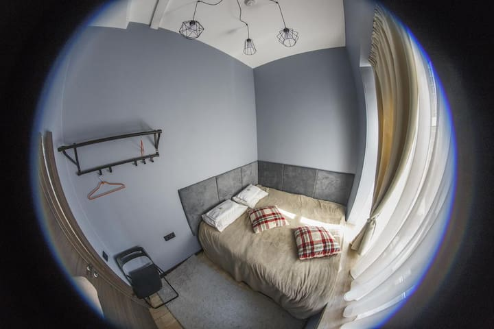 Отдельная комната Blue с душем в центре Петербурга