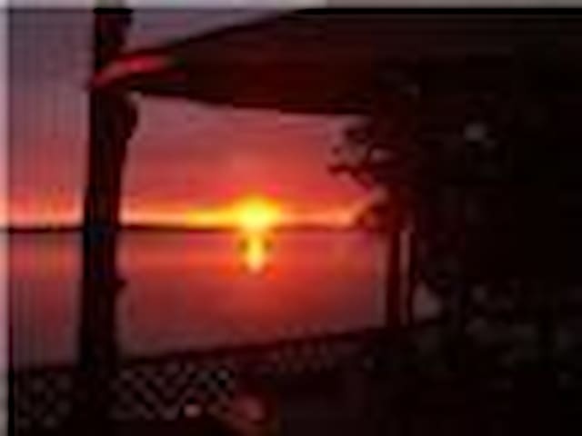 Sunset Retreat: 5 BR Chalet 2 BA w/ Hot Tub - Flesherton - Apartament