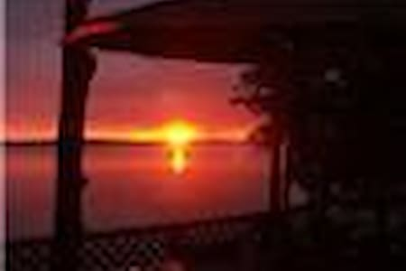 Sunset Retreat: 5 BR Chalet 2 BA w/ Hot Tub - Flesherton