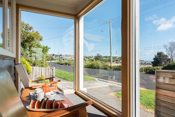 Seaview Cottage Penguin - Absolute Waterfront