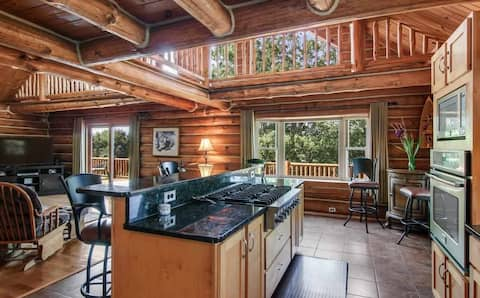 Cozy Log Cabin in the heart of snowmobiling, fishing, sunsets, sandy beach, w/ a private dock, fishing, and fire pit, 20 mins to Traverse City