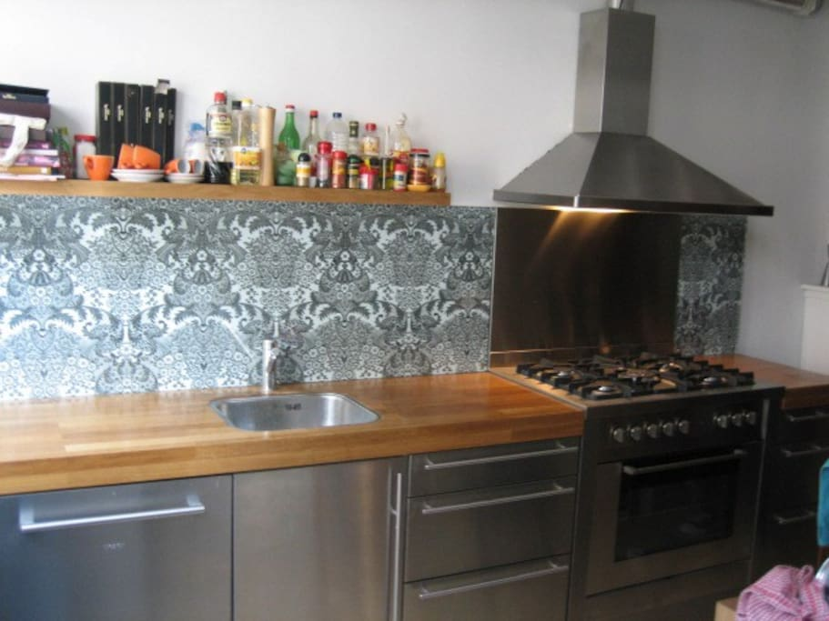 Luxury design kitchen with built in dishwasher, oven, gasstove 5 burners and fridge