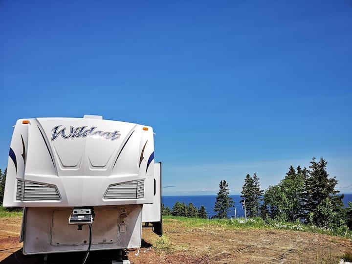 Camping car en montagne 2 avec vue sur la mer.