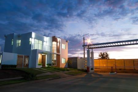 Casa de Lujo Completa en Residencial Exclusivo