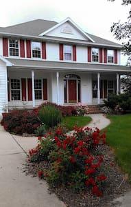 Beautiful Green Bay Home 1 to 3 BRs - De Pere - Casa