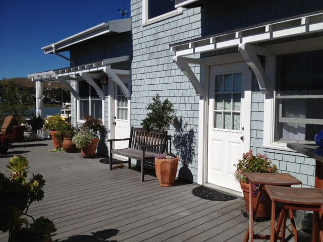 Charming Guest Room on the Water - Greenbrae - Huis