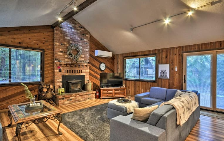 Pet Friendly Cozy Mt Hood Cabin With Hot Tub!
