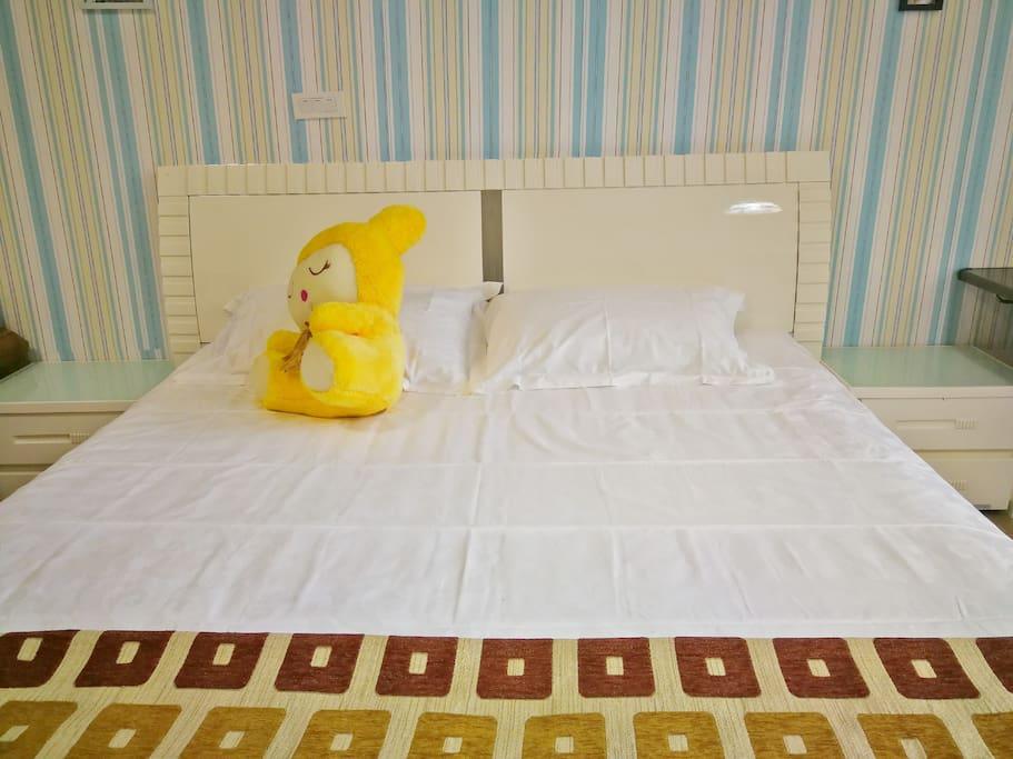 舒适的大床,干净的被褥一扫整日的疲惫。