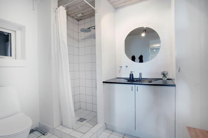 Seperat badeværelse.