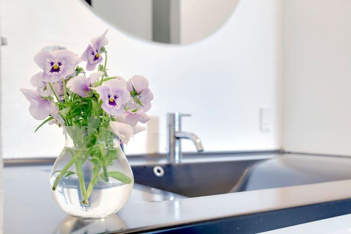 Blomster på badeværelse.