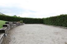 Petanquebane i haven til fri afbenyttelse.