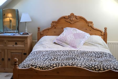 King size bed in homely B&B - Off road parking