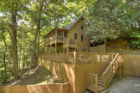 Creekside Ridge Cabin is a 2bed 2bath newly remodeled with outdoor fire pit Wifi Cable & is on a creek!