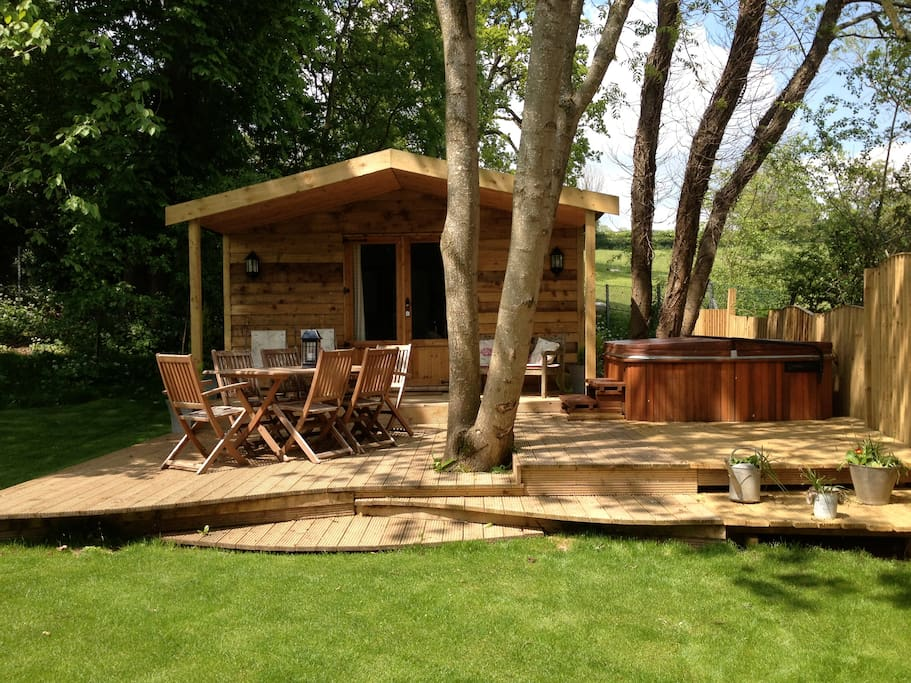 Log cabin with hot tub capanne in affitto a bathford for Persiane delle finestre di log cabin