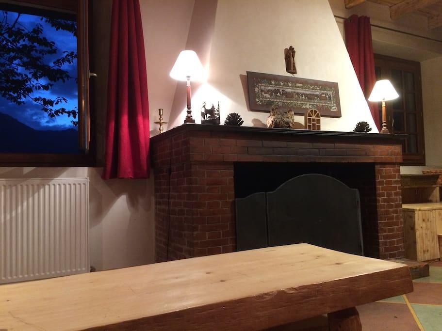 Côté salon cheminée vue sur le Charvin