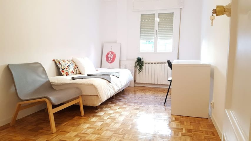 Nice single room in 5-room apartment Madrid City