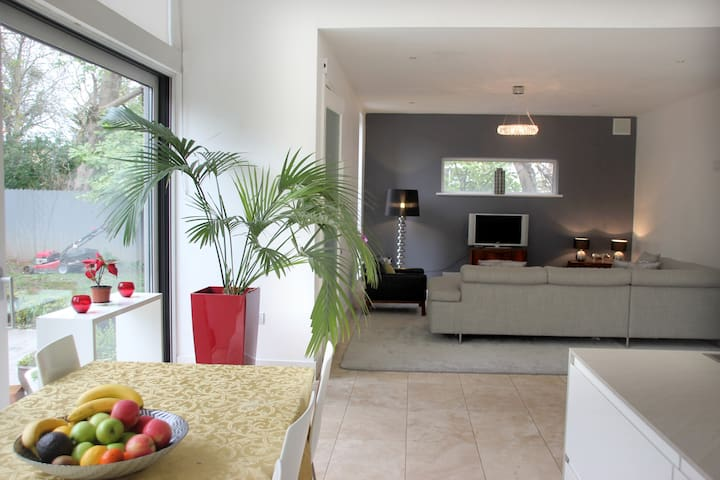 Large Double Room with ensuite, 6km to city. - Dublin - Hus