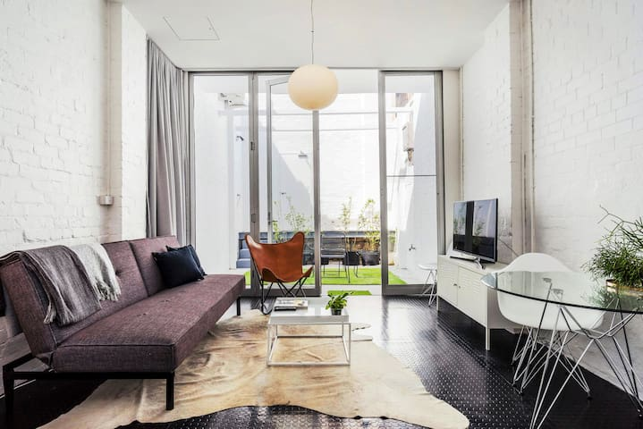 Secret Courtyard Studio  Apartment near Central Station