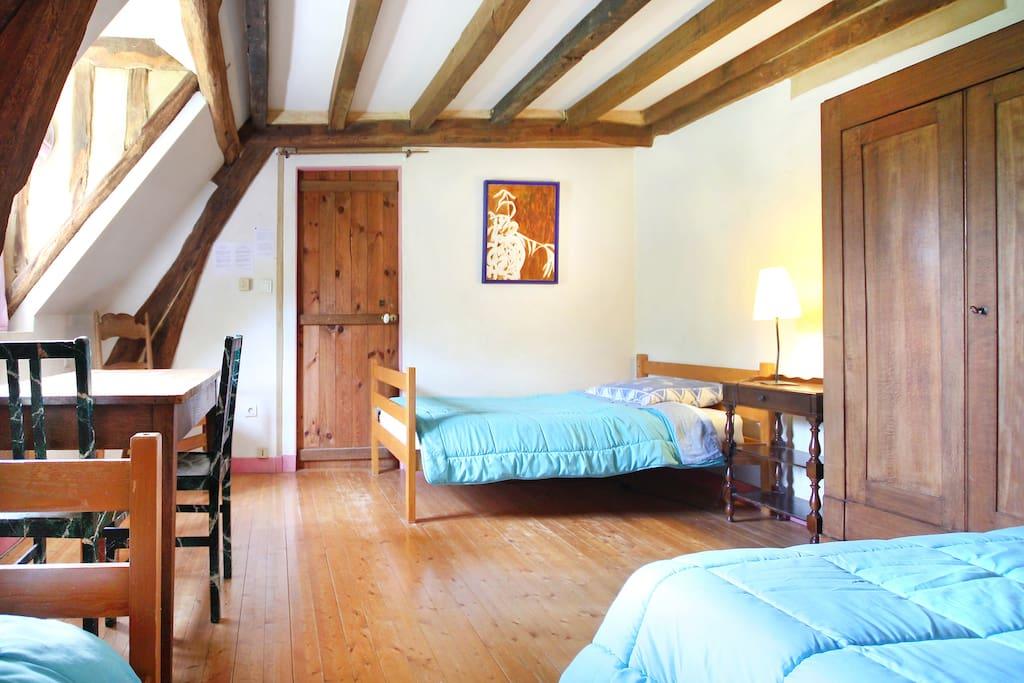 La grande chambre pour 4. On peut ajouter un matelas par terre pour une 5ème personne.