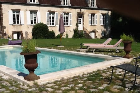 Maison avec grand jardin et piscine - Huis