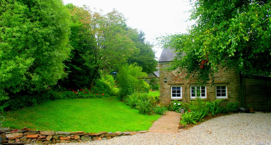Romantic cottage set in tidal water meadow - Devon - Casa