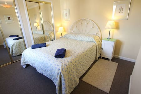 King Sized Bed with Ensuite Shower Great Location - Edinburgh - Lejlighed