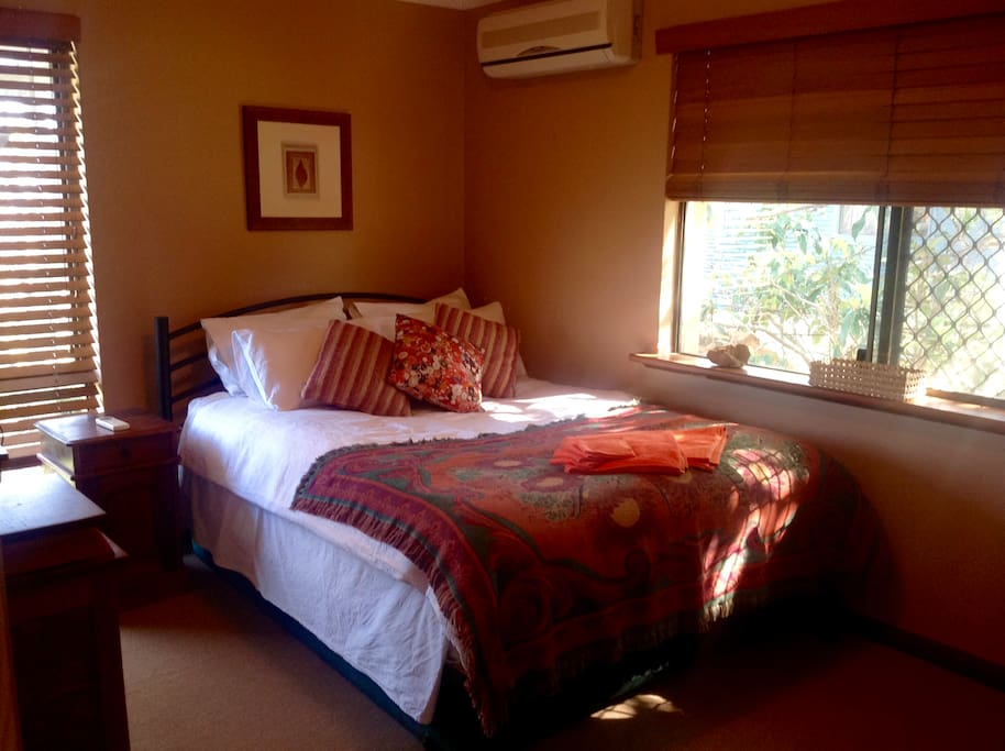 Quiet room at the back of the house, with super comfortable bed, perfect for one but space for two.
