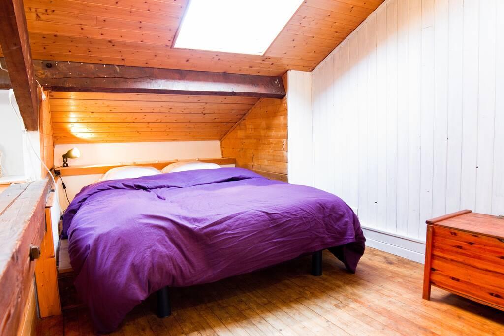 vaste chambre lit 2 places.