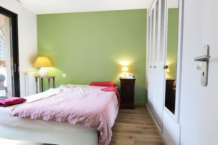 Votre chambre donnant sur le balcon et la cour intérieure.