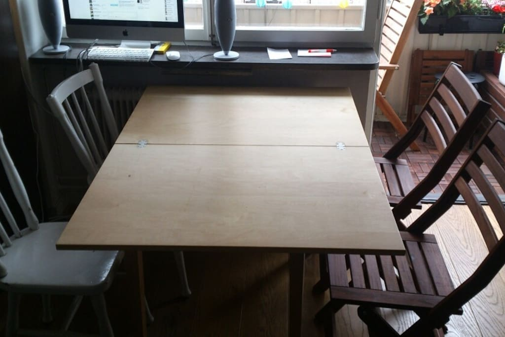 The table can easly fit four or more persons.