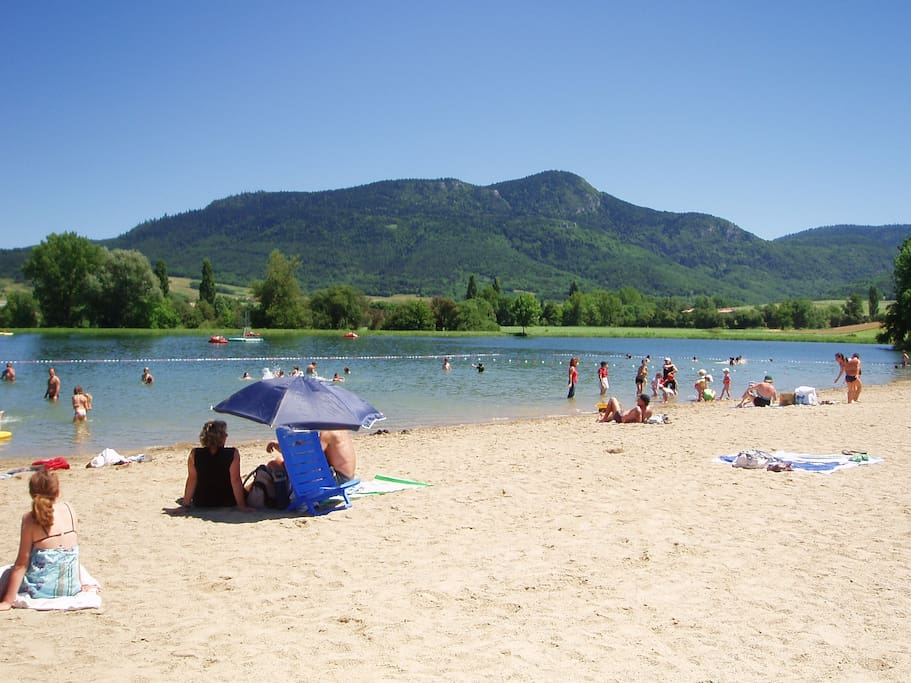 Lake with beach, 3.5 KM's from Chalet
