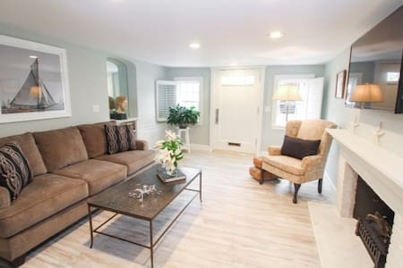 Impecccable One Bedroom Condominium - Plymouth