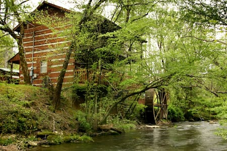 The Lindsey Mill.  100 years old. - Gatlinburg - Cabane