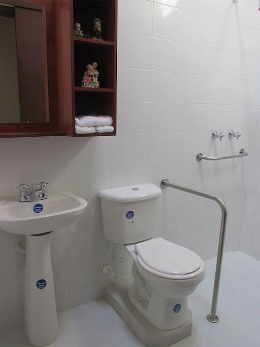Baños equipados con apoyadores.