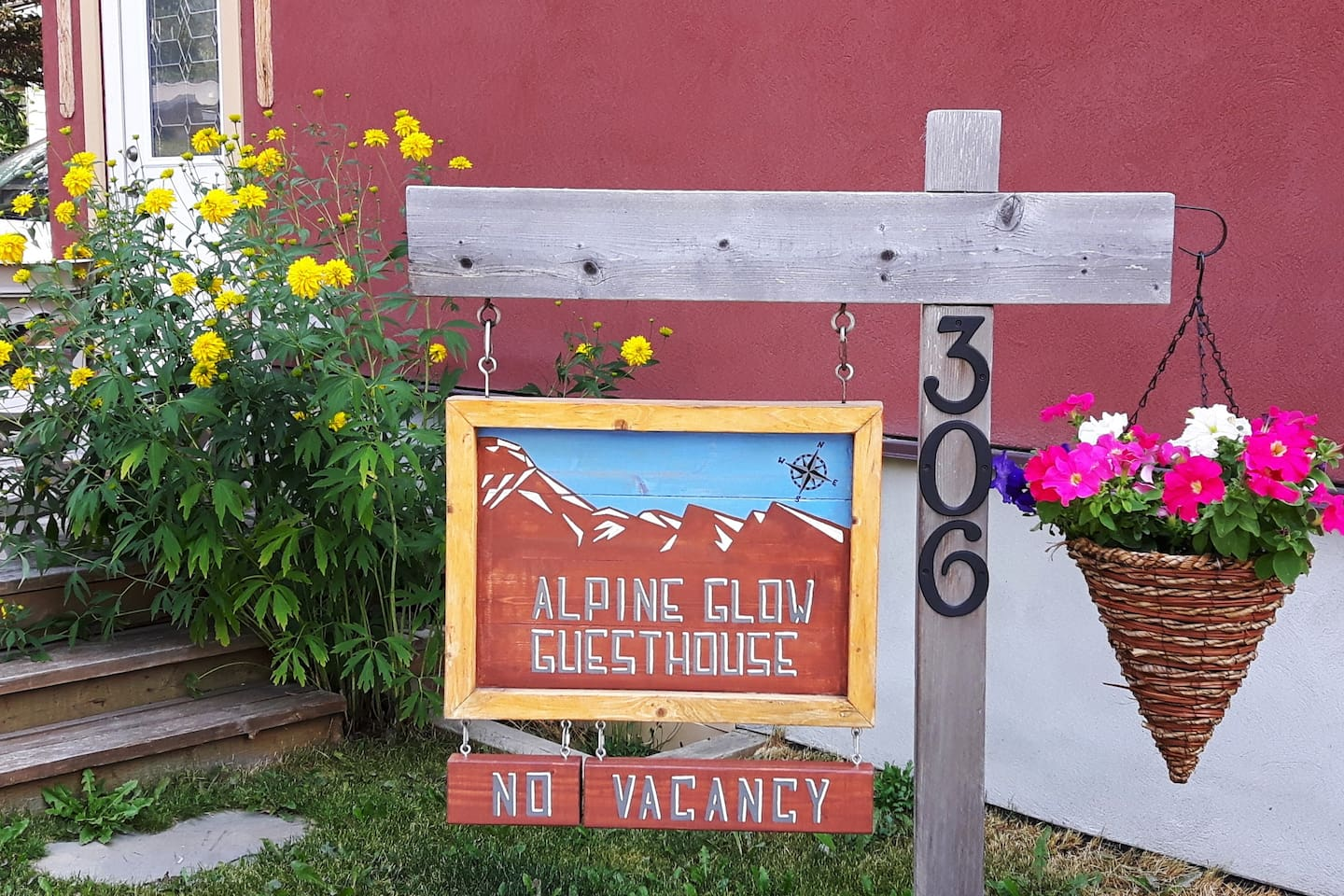 The Alpine Glow Guesthouse, Field BC.