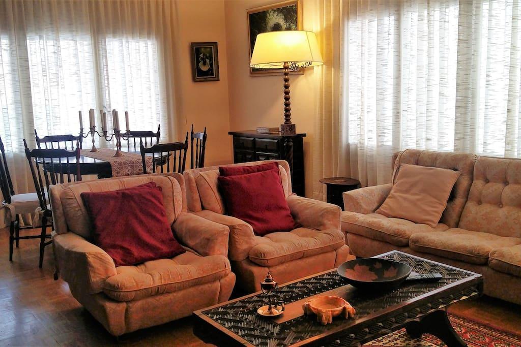 Salón comedor con TV, calefacción y aire acondicionado.