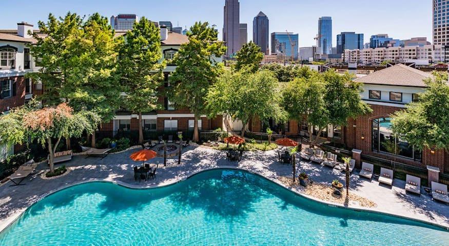 Deep Ellum| Downtown | FREE PARKING | Pool+GYM