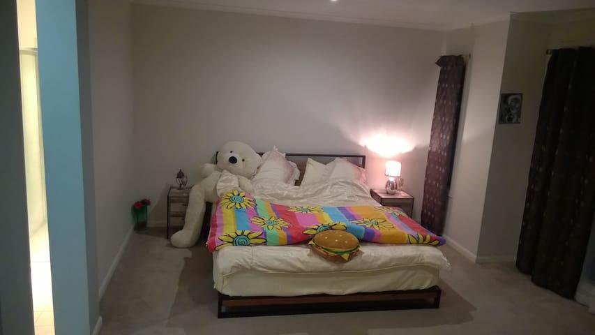King master bedroom en suite bathroom & wardrobe